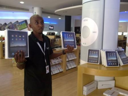 b0ffe2ddd0ac9 إكسترا (متجر في قائمة موزعي آبل الرسميين) يبيع آي باد ١٦ جيجابايت 16GB iPad  WiFi بقيمة ٣٩٩٩ ريال (١٠٦٦ دولار).