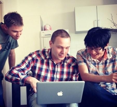 صورة فريق كرونك ديف .. من اليسار لليمين @p0sixninja , @pod2g و @planetbeing